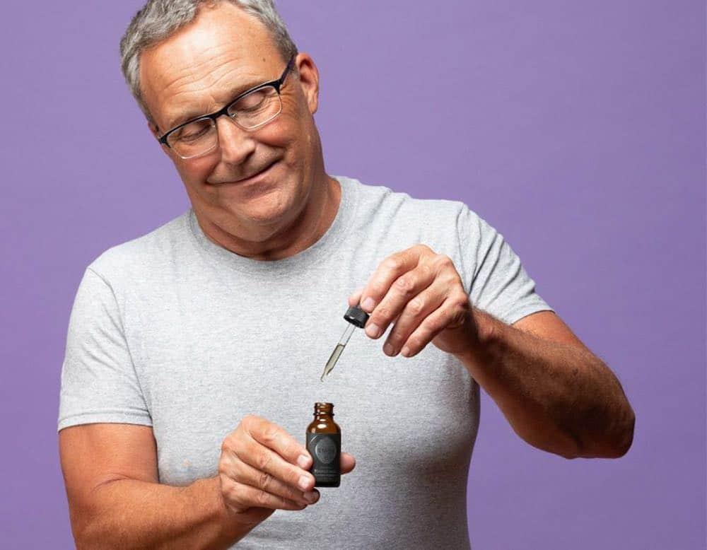 le CBD pris par un homme mature en France pour ses bienfaits
