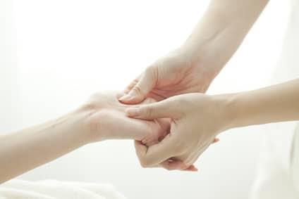 Comment bien se masser les mains ?